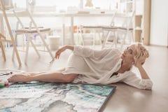 Artysta w lying on the beach i pozować warsztacie Obrazy Royalty Free