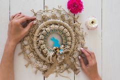 Artysta wręcza mienie makramy wianek dekorującego z Easter jajkami a fotografia royalty free