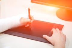 Artysta z łamanym ręka rysunkiem coś z graficzną pastylką Chwyta pióro w łamanej łamającej ręce w tynk obsadzie zdjęcia stock