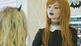Artysta z Halloween makeup stosuje Halloween makeup na wzorcowej ` s twarzy zbiory