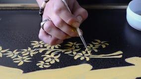 Artysty decorator przy pracą