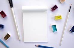 Artysty mieszkanie kłaść na białym stołowym odgórnym widoku Kreatywnie hobby lub handmade rzemiosło sztandar Zdjęcia Royalty Free