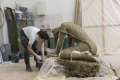 Artysty narządzania tynku foremka jej rzeźba fotografia royalty free