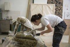 Artysty narządzania tynku foremka jej rzeźba zdjęcia stock
