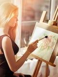 Artysty obraz na sztaludze w studiu Dziewczyn farby z muśnięciem Obrazy Royalty Free