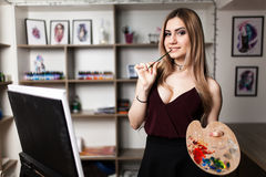 Artysty obraz w jej warsztacie Zdjęcie Royalty Free