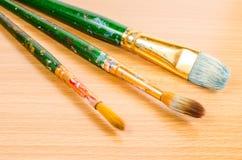Artysty paintbrush na drewnianym stole obrazy royalty free