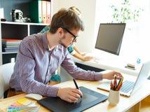Artysty rysunek coś na graficznej pastylce przy ministerstwem spraw wewnętrznych Zdjęcie Stock