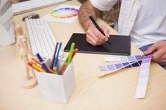 Artysty rysunek coś na graficznej pastylce Zdjęcie Stock