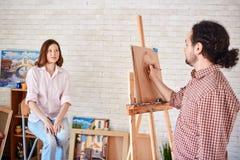Artysty Rysunkowy portret Piękny model w studiu zdjęcia stock