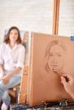 Artysty rysunku nakreślenie portret w studiu zdjęcia royalty free