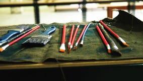 Artysty ` s muśnięcia kłamają na stole, pracujący narzędzia artysta zbiory wideo