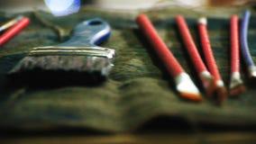 Artysty ` s muśnięcia kłamają na stole, pracujący narzędzia artysta zdjęcie wideo