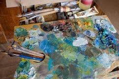 Artysty ` s narzędzia: muśnięcia, paleta, farby, sztaluga Zdjęcie Royalty Free