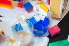 artysty warsztat s Kanwa, farba, mu?ni?cia, paleta no?a lying on the beach na stole obrazy stock