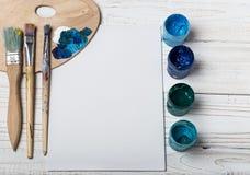 artysty warsztat s Odgórny widok paintbrushes paleta i akrylowe farby z białą kanwą Set muśnięcia i nafciane farby Sztuki pictu Zdjęcia Stock