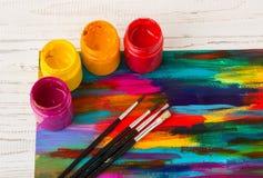 artysty warsztat s Rzeczy dla dziecka ` s twórczości na drewnianym tle Akrylowa farba i muśnięcia na białym drewnianym tle Pi Zdjęcie Stock