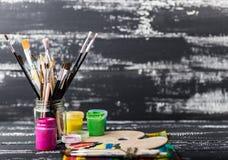 artysty warsztat s Rzeczy dla dziecka ` s twórczości na drewnianym tle Akrylowa farba i muśnięcia na białym drewnianym tle Pi Obrazy Stock