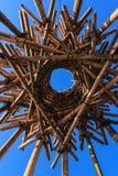 Artystyczna bambusowa kółkowa rzeźba przeciw niebieskiemu niebu Obrazy Royalty Free