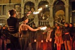 Artystyczna grupa pokazuje tanów z ogieniem Zdjęcia Royalty Free