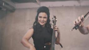 Artystyczne dziewczyny z skrzypiec bawić się wielki w pokoju Cudowny instrumentalny zespół zbiory wideo