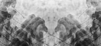 Artystyczne surrealistyczne torturować ręki chwyci desperacko drut kolczastego Zdjęcia Royalty Free