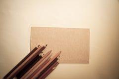 Artystyczni ołówki i koloru papier fotografia stock