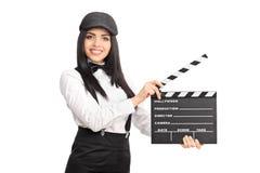 Artystyczny żeński dyrektor trzyma filmu clapper deskę Obrazy Royalty Free