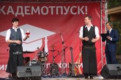 Artystyczny barmanu przedstawienie od mistrzów i mistrzów Ivan i Vitaly Zdjęcia Stock