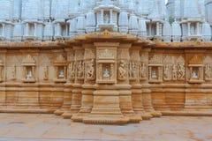 Artystyczny cyzelowanie na czerwonym i białym kamieniu, shankheshwar parshwanath, jain świątynia, gujrat, India Zdjęcie Royalty Free