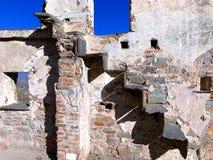 Artystyczny skład antyczna łamająca ściana z cegieł robić czerń kamień unikalni schodki i zdjęcia royalty free