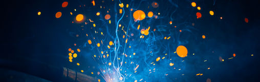Artystyczny spaw iskier światło, przemysłowy tło Fotografia Stock