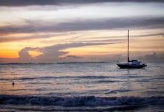 Aruba-Küstenbild des Sonnenuntergangs mit Boot im Hintergrund Stockbild