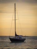 Aruba-Küstensonnenuntergang mit herrlichem Boot im Vordergrund Lizenzfreie Stockfotografie