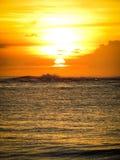 Aruba-Küstensonnenuntergang mit herrlicher Insel im Hintergrund Stockbilder