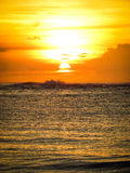 Aruba kust- solnedgång med den ursnygga ön i bakgrund Arkivbilder