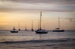 Aruba kust- solnedgång med den ursnygga ön i bakgrund Royaltyfri Foto