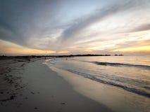 Aruba kust- solnedgång med det ursnygga fartyget i förgrund Fotografering för Bildbyråer