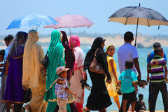 ARUGAM-BAAI, 11 AUGUSTUS: Openbaar strandhoogtepunt van plaatselijke bevolking, 2013 Stock Foto's