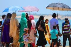 ARUGAM-FJÄRD, AUGUSTI 11: Offentlig strand mycket av lokalt folk, 2013 Arkivfoton