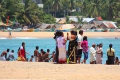ARUGAM-FJÄRD: Lokalt folk på stranden Royaltyfri Fotografi
