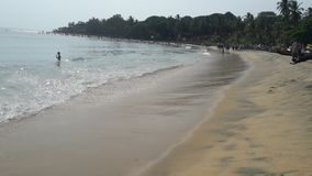Arugambay-Strand-Sri Lanka-Leute, die Bad haben lizenzfreie stockbilder