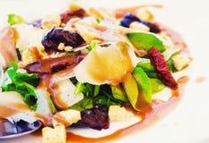 Arugula, ήλιος ξηροί - φρούτα και σαλάτα τυριών παρμεζάνας με το βαλσαμικό vinaigrette Στοκ Φωτογραφίες
