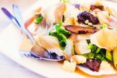 Arugula, ήλιος ξηροί - φρούτα και σαλάτα τυριών παρμεζάνας με το βαλσαμικό vinaigrette Στοκ Εικόνες