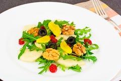 Arugula, αχλάδι, ξύλο καρυδιάς, ξηρό κεράσι, ελιές, λέκιθος αυγών Στοκ εικόνες με δικαίωμα ελεύθερης χρήσης