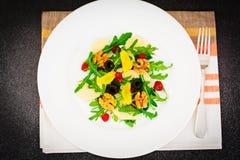Arugula, αχλάδι, ξύλο καρυδιάς, ξηρό κεράσι, ελιές, λέκιθος αυγών Στοκ εικόνα με δικαίωμα ελεύθερης χρήσης