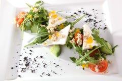 Arugula και τυρί στο άσπρο πιάτο Στοκ φωτογραφία με δικαίωμα ελεύθερης χρήσης