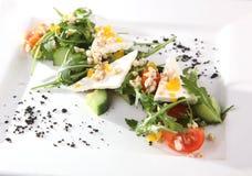 Arugula και τυρί στο άσπρο πιάτο Στοκ Φωτογραφίες