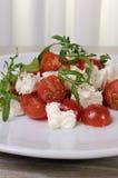 Arugula σαλάτας με τις ντομάτες και τη μοτσαρέλα κερασιών Στοκ Εικόνες