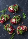 Arugula, ψημένα στη σχάρα hummus σάντουιτς τεύτλων στο σκοτεινό υπόβαθρο, τοπ άποψη Εύγευστο υγιές ορεκτικό ή πρόχειρο φαγητό Στοκ φωτογραφία με δικαίωμα ελεύθερης χρήσης